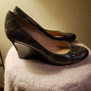 Ellen Tracy blk/grey snake wedge heels. Size 10